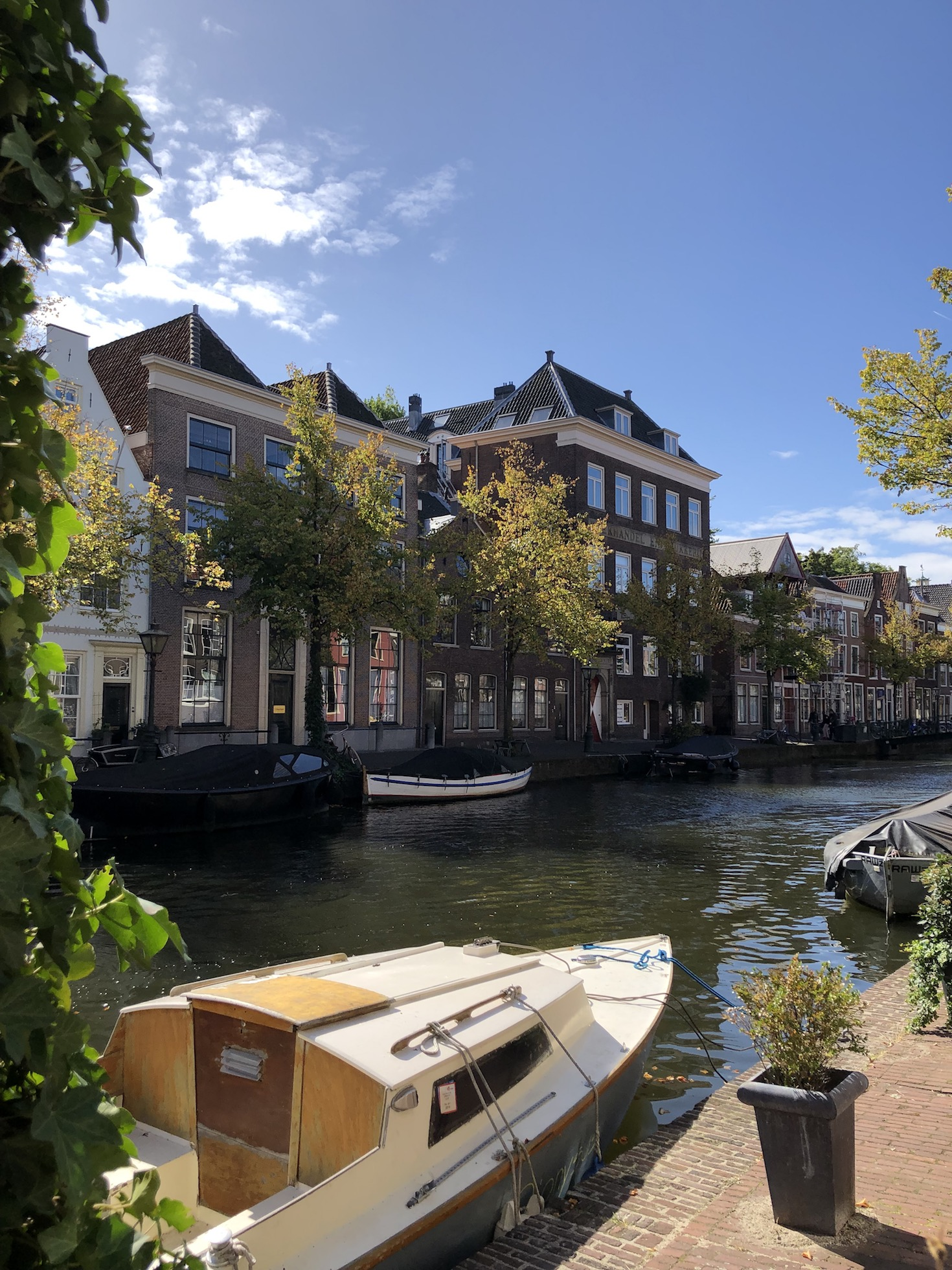 Gracht am Fluss in Leiden
