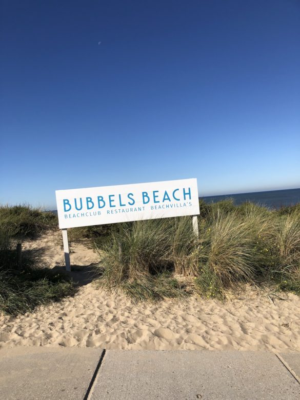 Bubbles Beach Schild am Strand